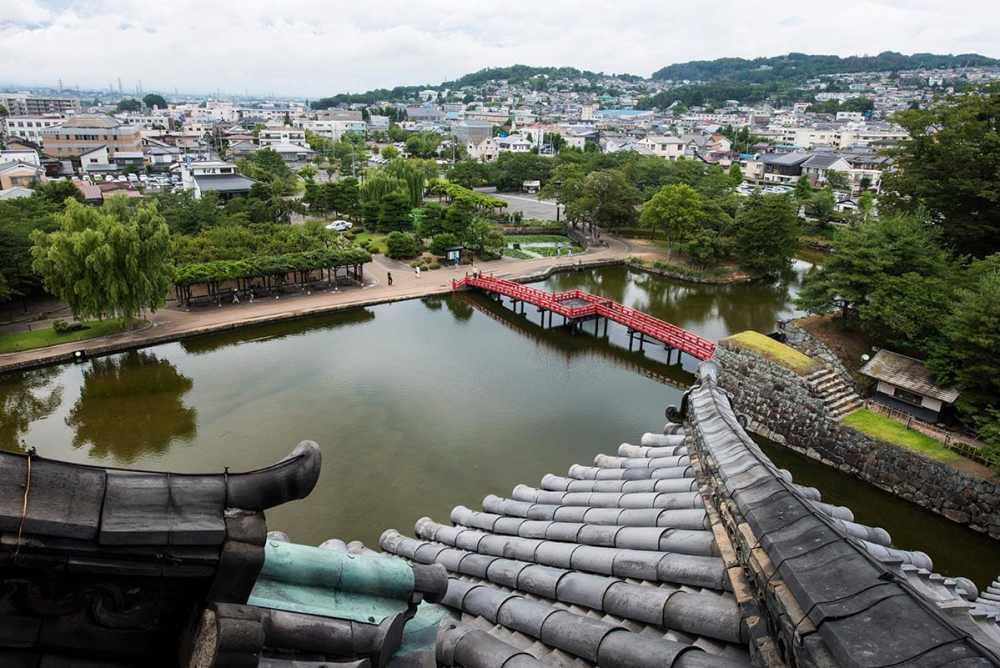 Matsumoto i Japan sett fra taket av byens treborg.