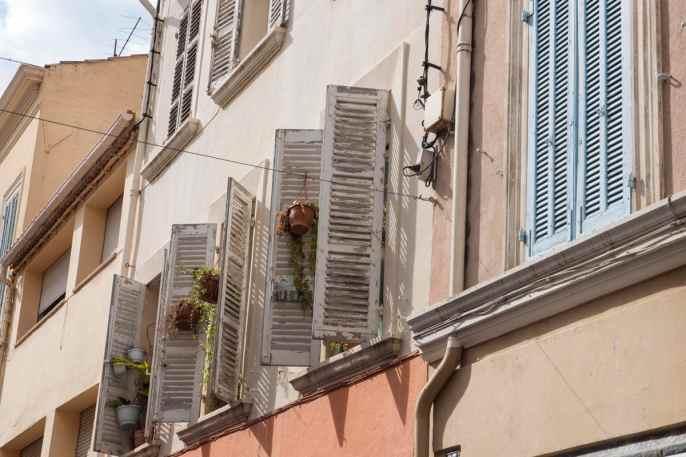 Skodder på vinduer i Provence.