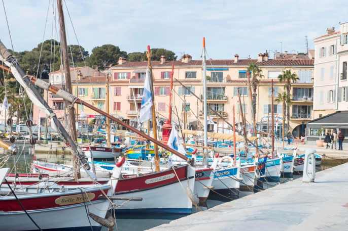Trebåter i havna i Sanary-sur-Mer i Frankrike