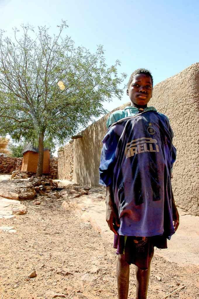 Gutt med fotballtrøye i Dogon i Mali