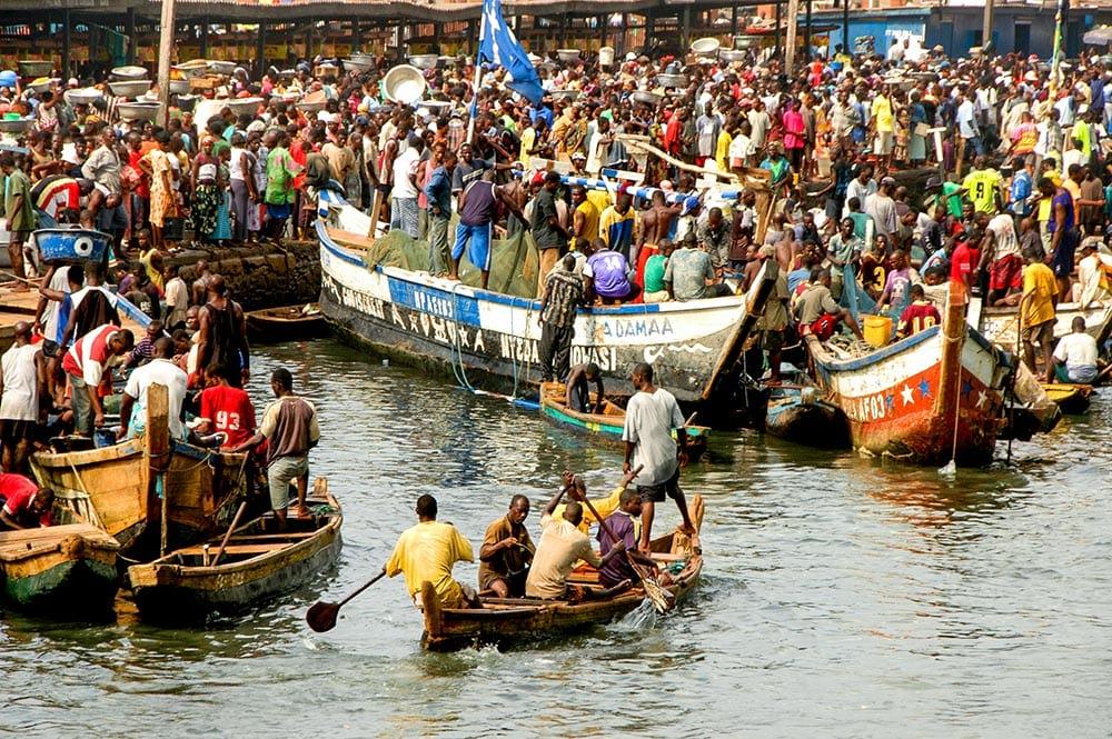 Båter på fiskemarked i Elmina i Ghana