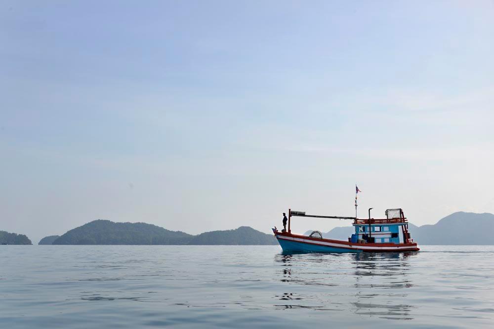 Thailandsk fiskebåt i Mo Ko Chang National Park i Thailand