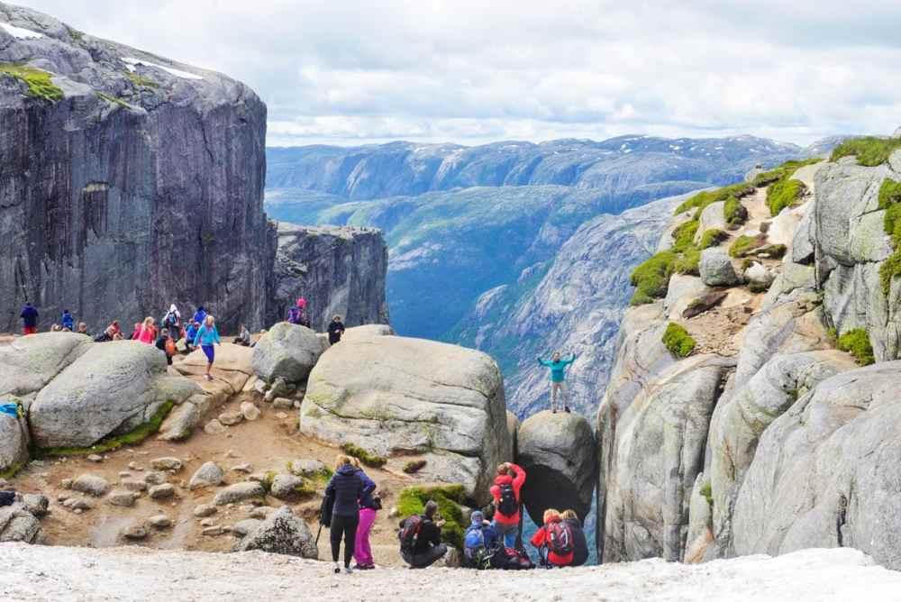 Turister på Kjeragbolten i Norge