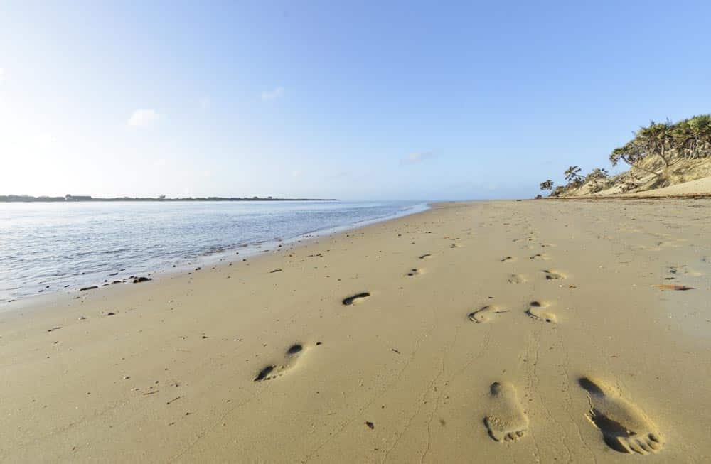 Folketom, fin sandstrand på Lamu i Kenya