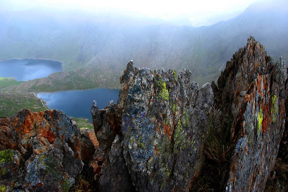 Fargerike fjellformasjoner langs Y Lliwedd mot Snowdon