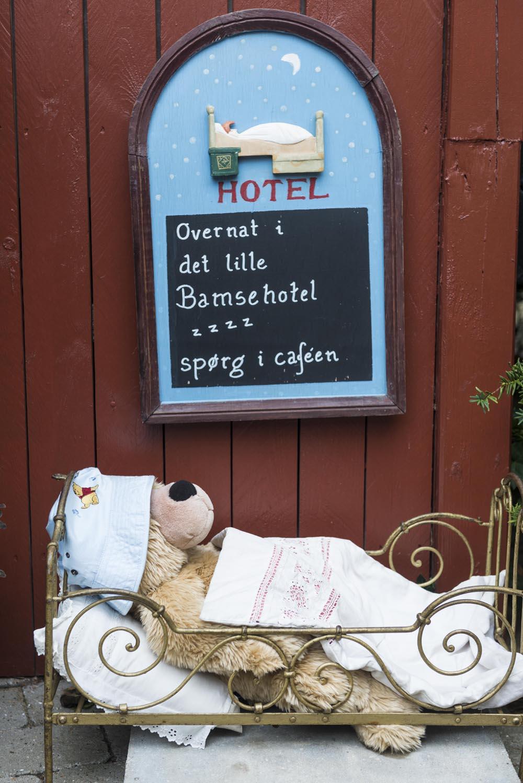 Reklame for hotellet i Skagen bamsemuseum