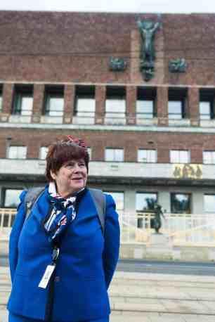 Mari Atlanta Lunde foran Sankt Hallvard-skulpturen på Oslo Rådhus