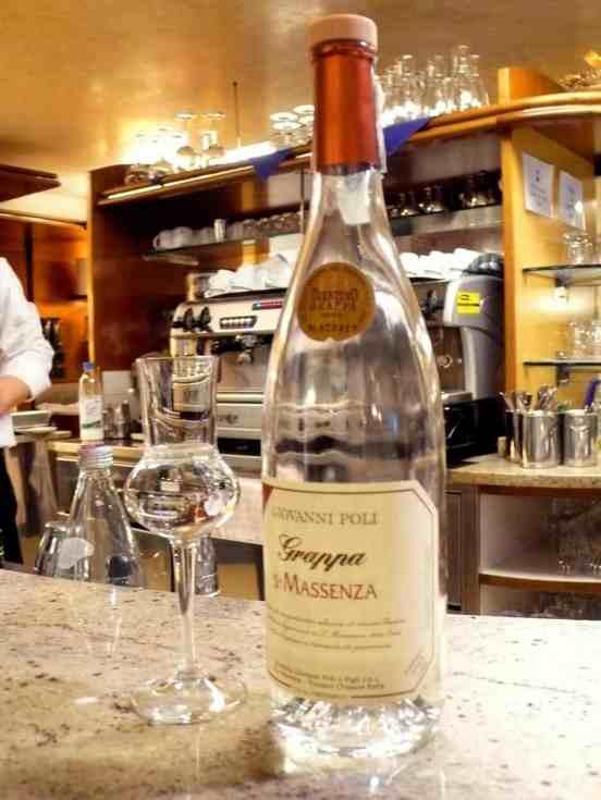 En flaske grappa i en bar