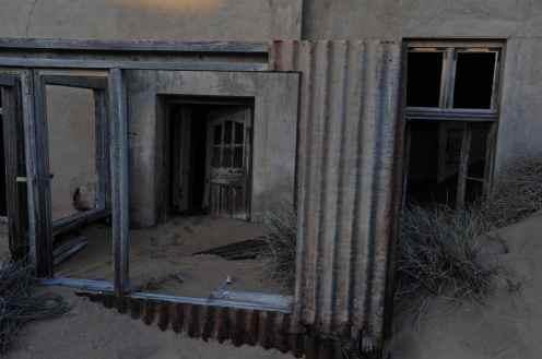 Et hus i Kolmanskop i Namibia
