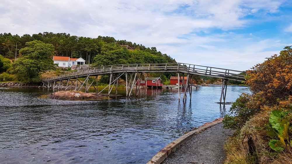 Gangbro over en kil i Grimstad