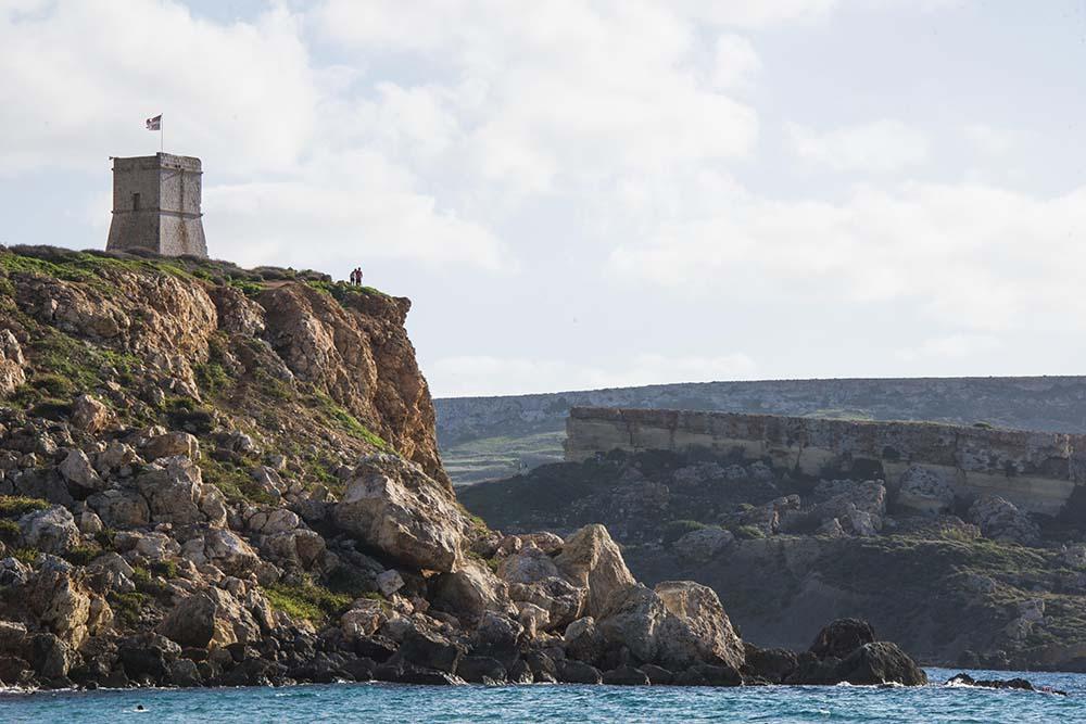 Ghajn Tuffieha Tower langs klippekysten sørvest på Malta