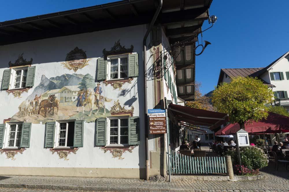 Freskemalt hus i alpebyen Oberammergau i Tyskland