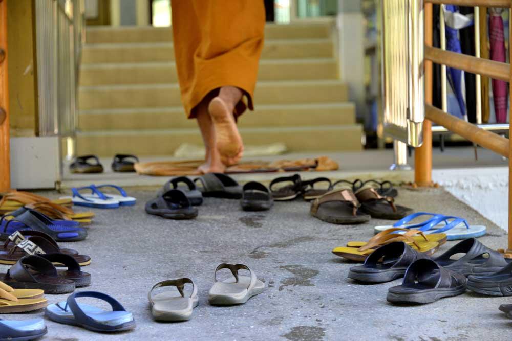 Sko utenfor et buddhistkloster i Thailand