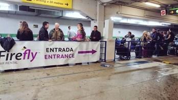 Kø på leiebilkontoret Firefly i Malaga