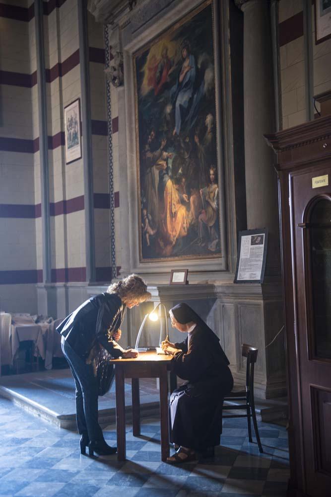 Nonne og dame snakker sammen i italiensk kirke