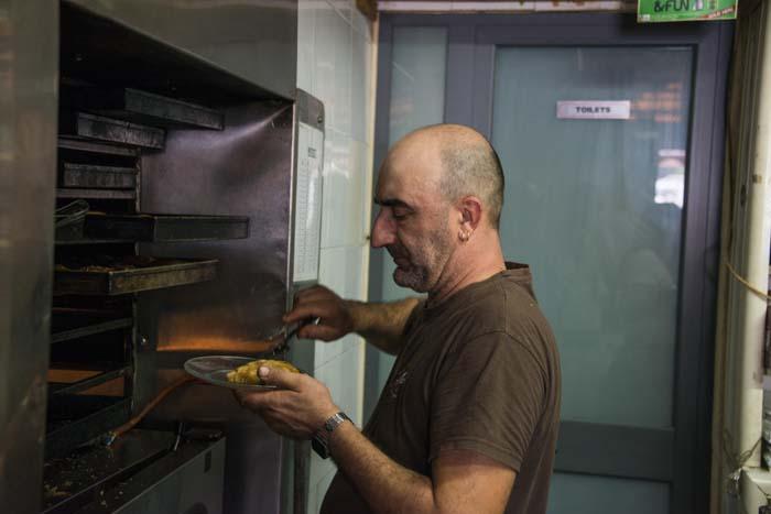 En baker tar ut pastizzi i Crystal Palace i Rabat