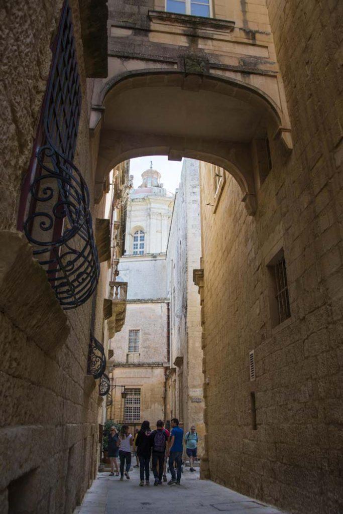 Katedralen i Mdina sett gjennom et trangt smug