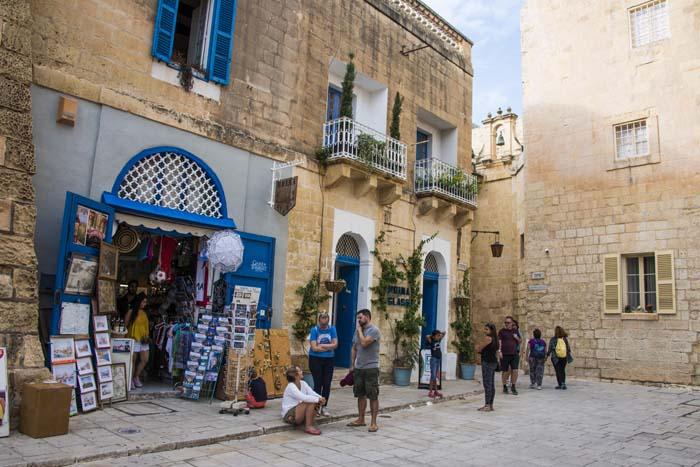 Suvenirbutikk på en åpen plass i Mdina