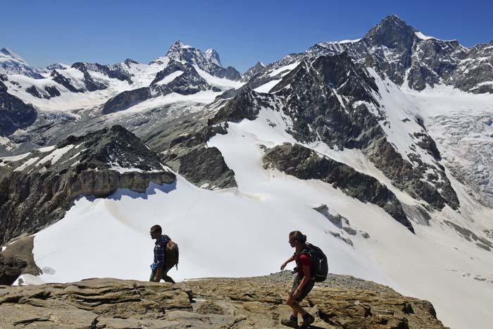Et par går ned fra Mettelhorn i Zermatt