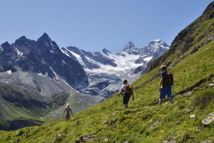 Nedstigningen på en fjelltur over Zermatt