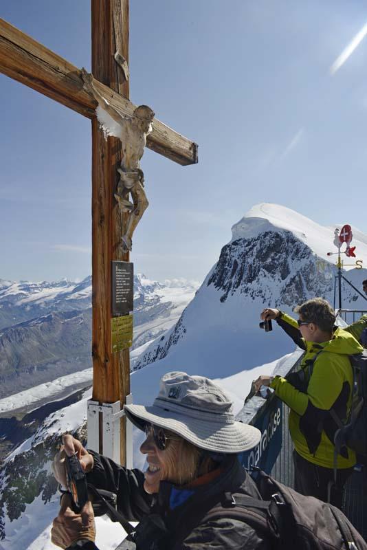 Kors på toppen av Klein Matterhorn ved Zermatt