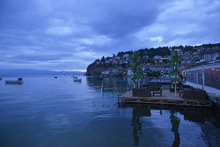 Kveldsbilde av Ohridsjøen sett fra byen Ohrid.