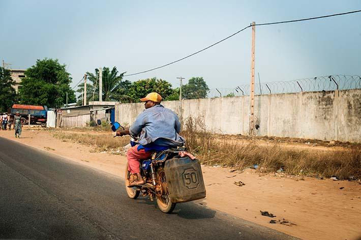 Motorsykkel med bensinkanne i Benin