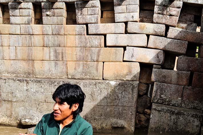 Guide foran muren i hovedtempelet i Machu Picchu