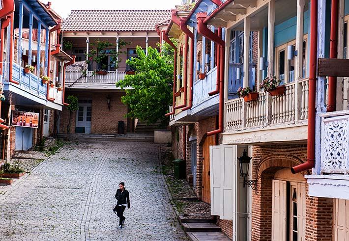 En gatestubb med pastellmalte hus i Sighnaghi