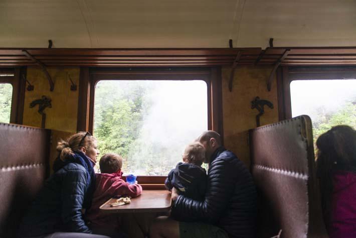 Familie i en av kupeene på veterantoget Setesdalsbanen