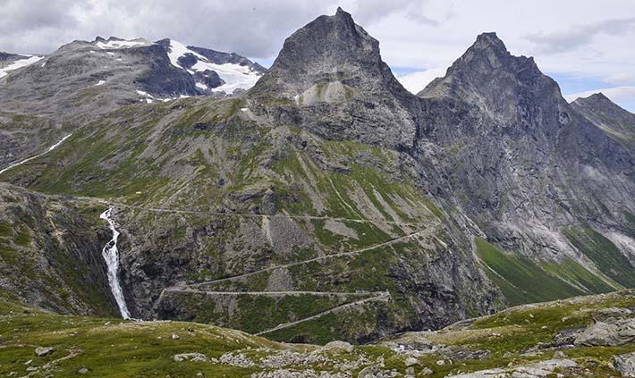 Finnan, Bispen og Kongen sett tvers over Trollstigen