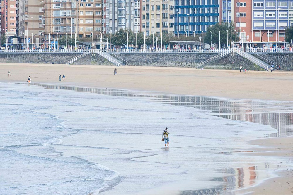 Strand i Gijon i Nord-Spania