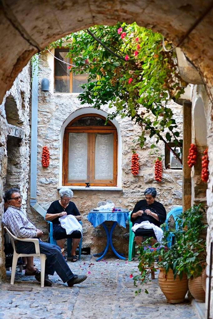 Gamle damer i landsbyen Mesta på den greske øya Chios