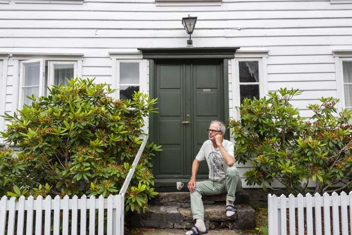 Arne Valvatne foran huset hvor han vokste opp