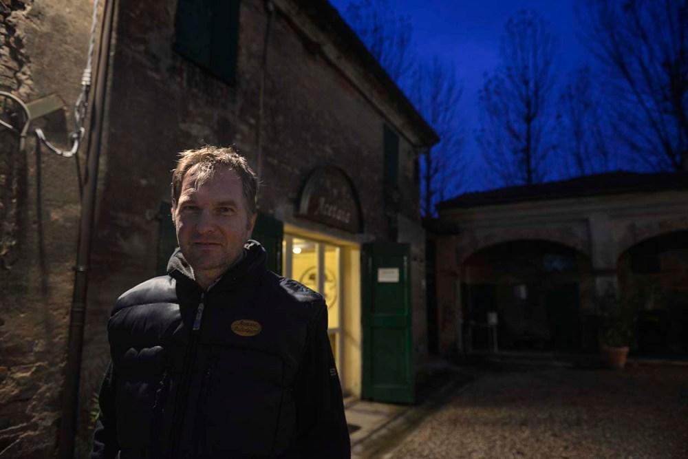 Guido Paltrinelli utenfor gården sin nord for Modena