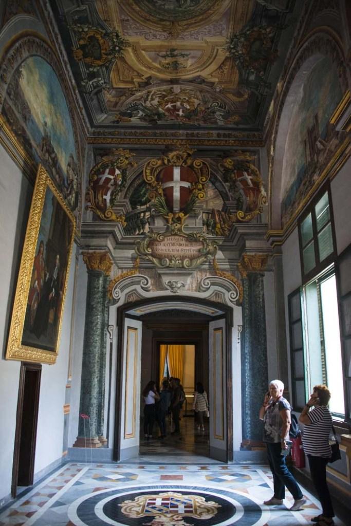 Barokkunst i en av gangene i Grandmaster's Palace