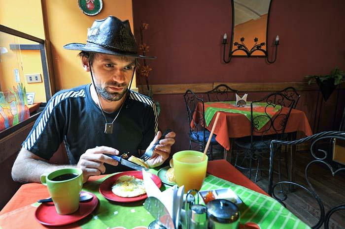 Reiseblogger Gjermund Glesnes med hatt i Bolivia