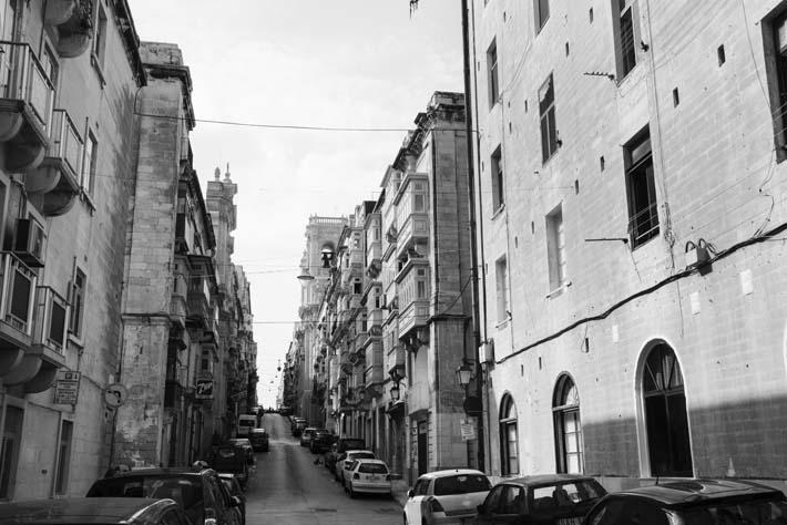 Svarthvitt-foto av gate i Valletta