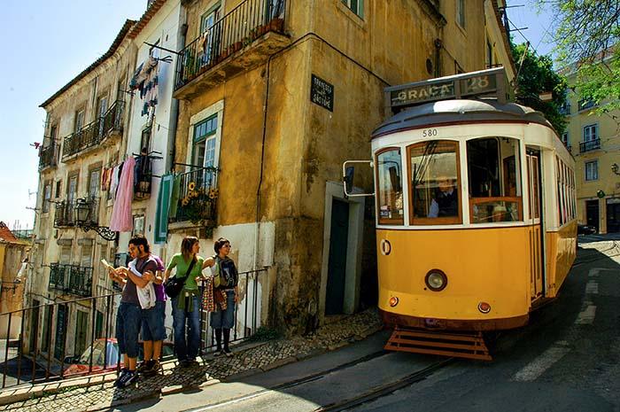28-trikken snirkler seg gjennom gamlebyen i Lisboa