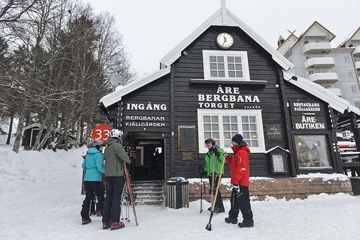 alpinturister foran stasjonen på Bergbanan i Åre