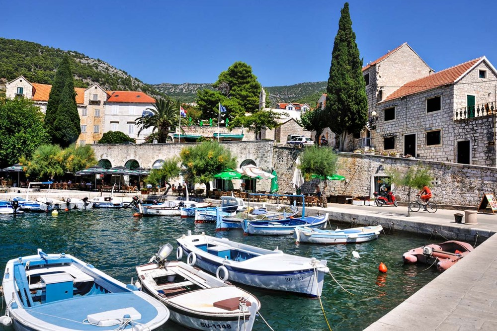 Havna i Bol på Brac i Kroatia