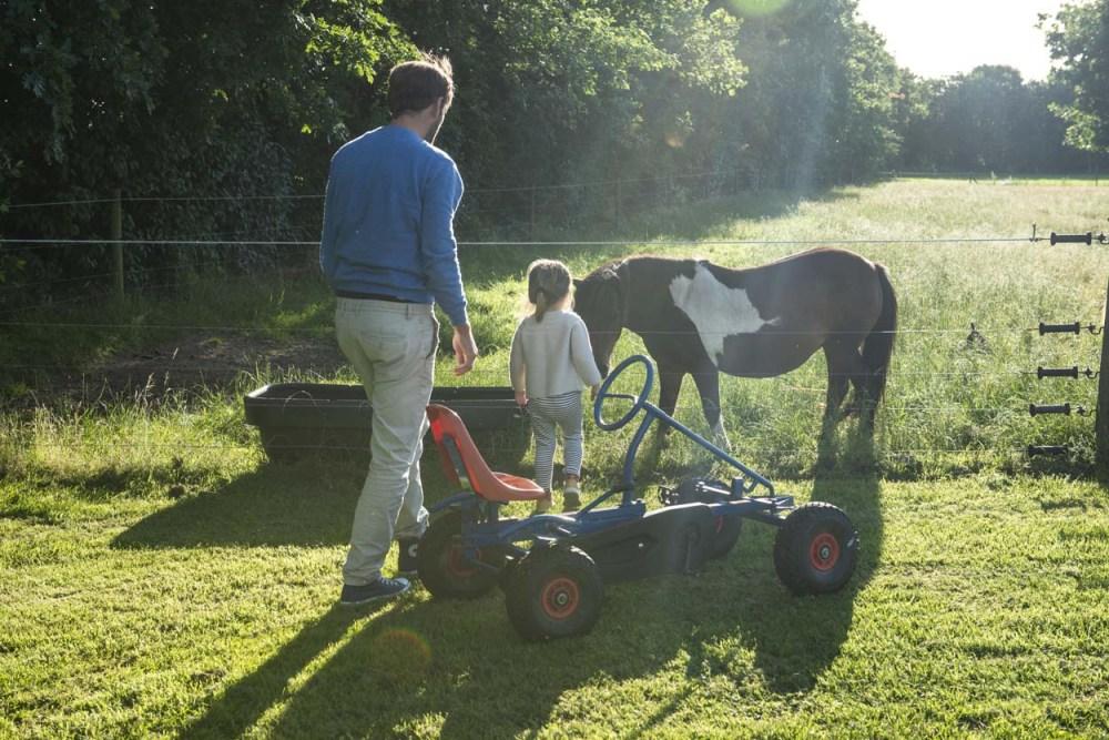 et barn har kjørt tråbil til ponnier