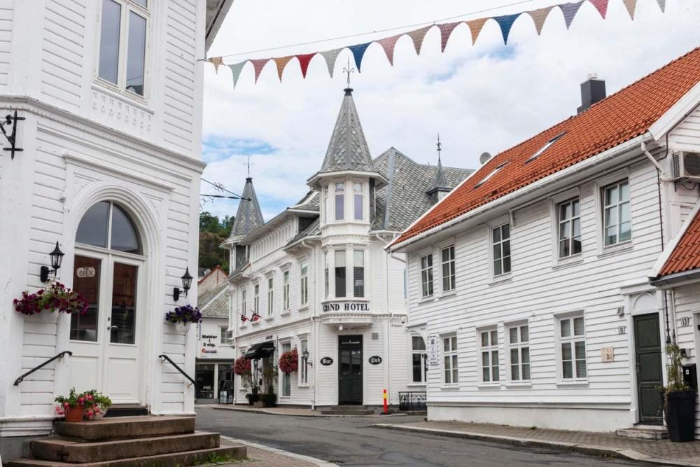 Gate med Grand Hotell Flekkefjord midt i Hollenderbyen