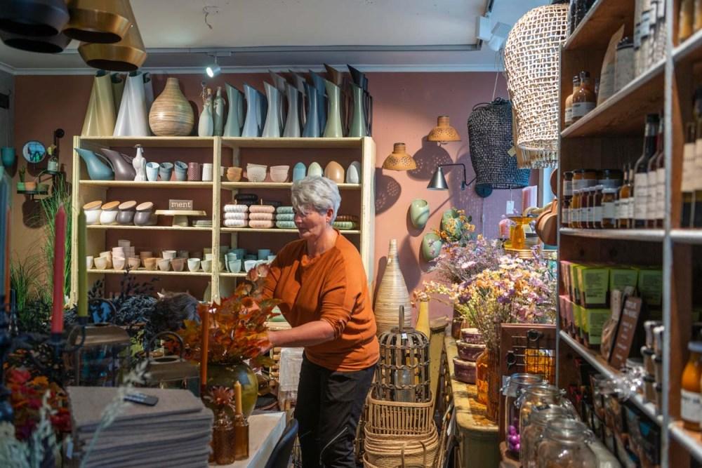 Marit Jensen i nisjebutikken Fuglehuset i Flekkefjord sentrum