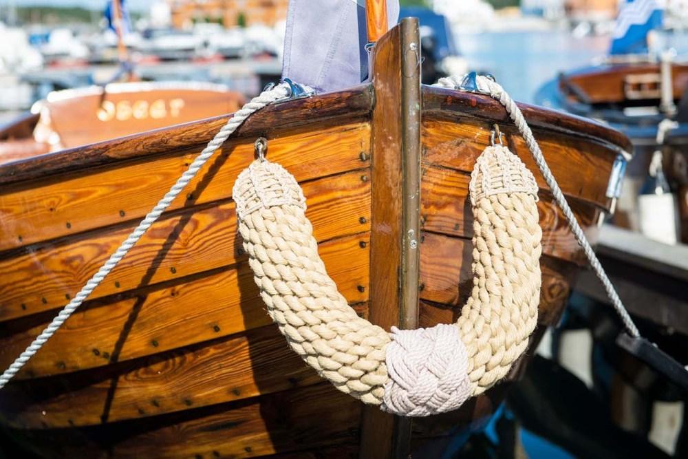 Taufender på trebåt i Risør