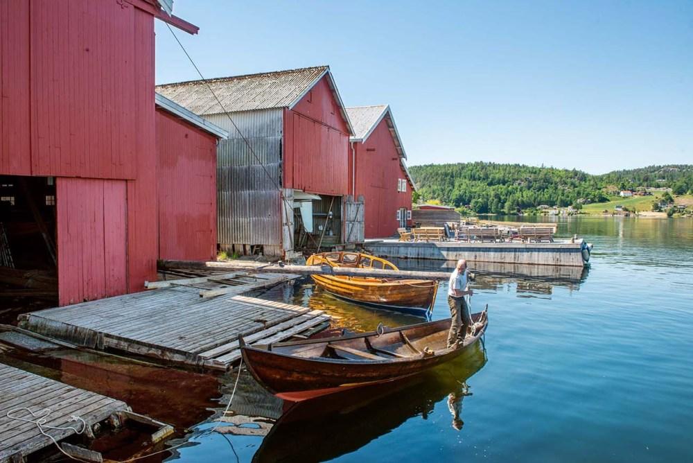 Moen Trebåtbyggeri - Lars Grønvold fortøyer en oselver