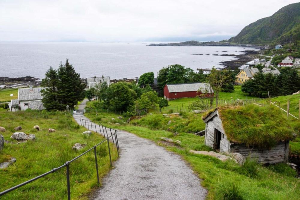Sti mot fuglefjellene fra Goksøyr på Runde