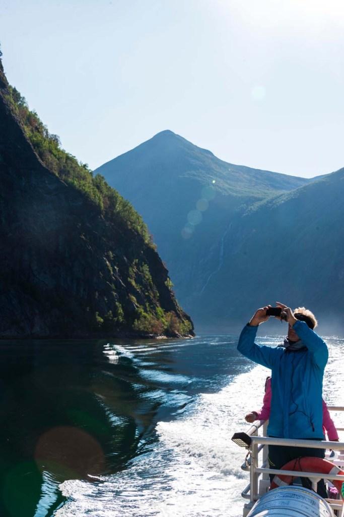 turist på fjordsafari på Geirangerfjorden