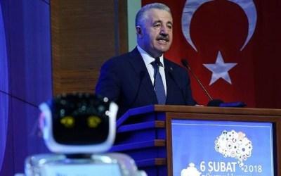 """"""" روبوت """" يقاطع وزيراً تركياً و يزعجه ! ( فيديو )"""