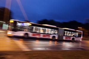 ألمانيا : اصطدام حافلة نقل عمومي خرج منها سائقها بسيارة و مطعم .. و تتسبب بأضرار مادية كبيرة !